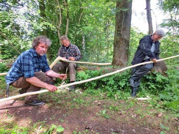 Kursarbeit beim Pilotprojekt Wildholzstuhlbau: Entrinden von Grünholz